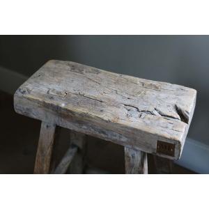 Robuust en stoer houten krukje