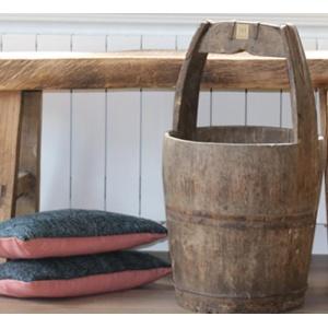 Oude houten rijstemmer met handvat