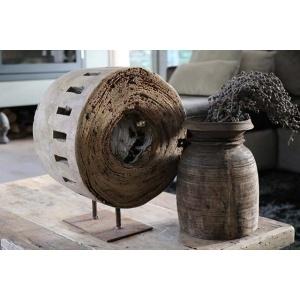 Oud houten wiel op voet