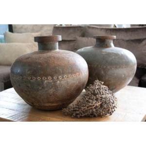 Oude metalen waterkruik