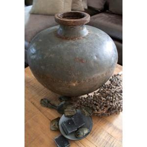 Oude metalen waterkruik sfeer